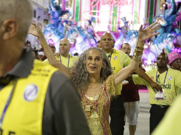 Bethânia festeja o título desfilando no chão (Foto: Rodrigo Gorosito / G1)