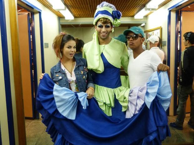 Sthefany Brito posa com Henri Castelli e o maquiador Rafael Nascimento (Foto: Flor do Caribe/ TV Globo)