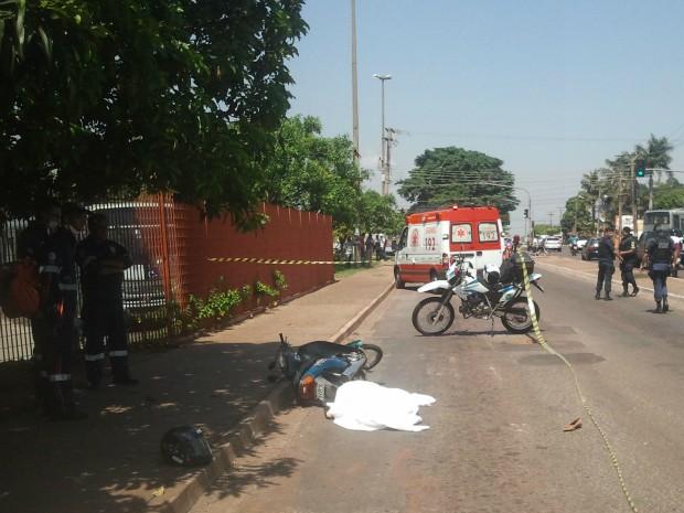 Mulher morre em colisão entre moto e caminhão em Campo Grande (Foto: Hélder Rafael/G1 MS)