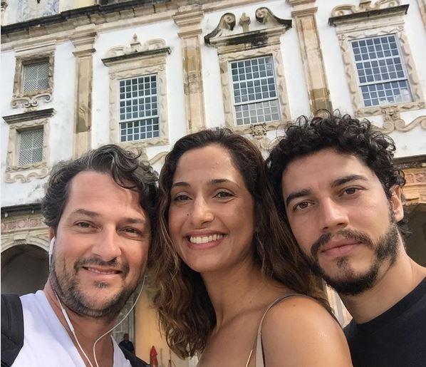 Marcelo Serrado com Camila Pintanga nos bastidores da gravação da novela Velho Chico, na Bahia (Foto: Reprodução do Instagram)