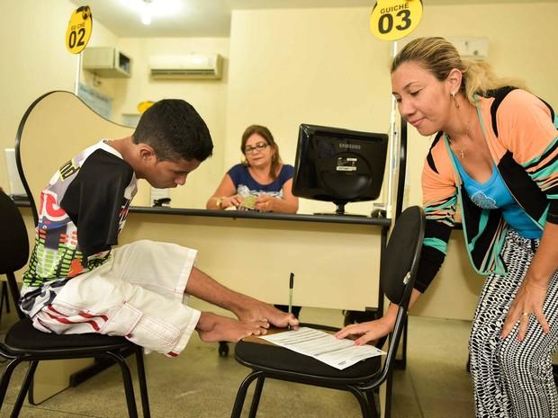 Leonardo nasceu sem os dois braços  e é o primeiro deficiente físico nessas condições a realizar o exame de direção para tirar a CNH no Amazonas (Foto: Valdo Leão / Secom)