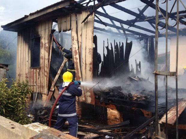 Segundo os vizinhos, fogo destruiu a casa de madeira em meia hora (Foto: Flávio Bernardes/RPC TV)