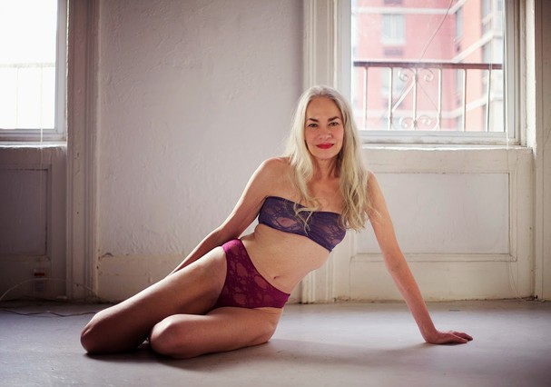 Jacky O'Shaughnessy em campanha de lingerie da American Apparel (Foto: Divulgação)