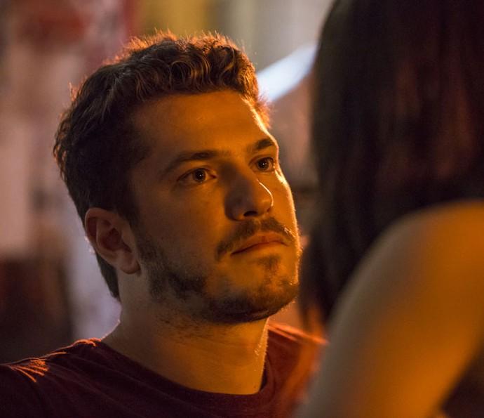 Alex fica incrédulo ao ver Júlia em sua frente (Foto: Felipe Monteiro / Gshow)