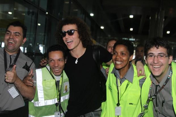 David Luiz tirou foto com funcionários do aeroporto (Foto: Thiago Duran/AgNews)