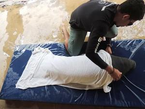 Pescadores ajudaram a salvar o animal encalhado (Foto: Acervo/Fundação Mamíferos Aquáticos)