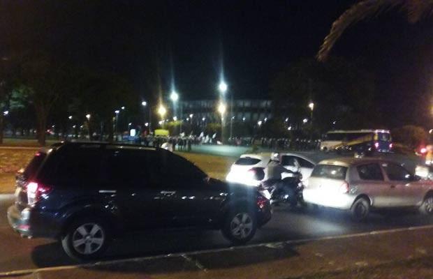 Trânsito desviado para o Eixão Norte por causa do fechamento do Eixo Monumental (Foto: Mateus Rodrigues/G1)