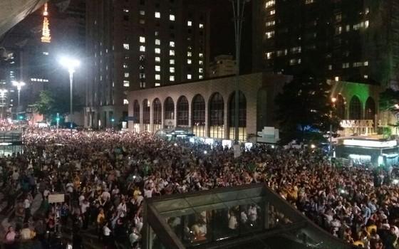 Avenida Paulista tomada por manifestantes depois da divulgação de áudio com Lula e Dilma (Foto: Graziele de Oliveira)