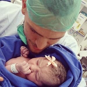 Rafael Toloi com a filha recém-nascida (Foto: Reprodução Instagram)