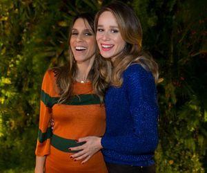 Grávida, Sarah Oliveira grava nova temporada do 'Calada Noite' com Mariana Ximenes