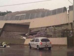 Parte de galpão desaba com a chuva em Paraúna, Goiás (Foto: Reprodução/ TV Anhanguera)