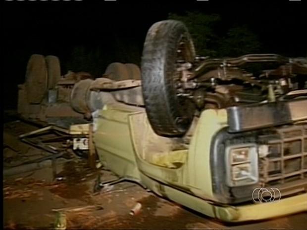 Caminhão que carregava indígenas tombado (Foto: Reprodução/TV Anhanguera)