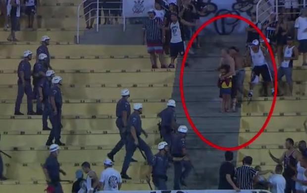 Pai tenta tirar filha de briga no meio da torcida do Corinthians, no Pacaembu (Foto: Reprodução SporTV)