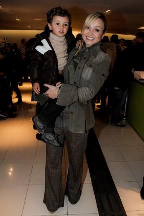 Eliana e o filho, Arthur, em teatro em São Paulo (Foto: Marcos Ribas/ Foto Rio News)