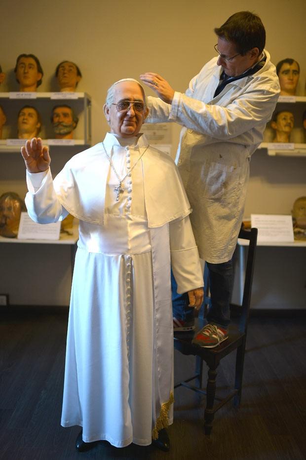 Boneco de cera do Papa Francisco é preparado nesta quinta-feira (5) em Roma (Foto: Gabriel Bouys/AFP)
