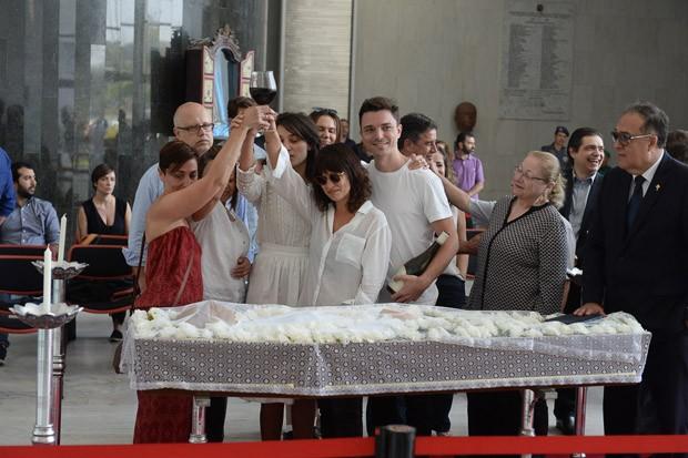 Familiares brindam ao lado do corpo de Marcelo (Foto: AG News)