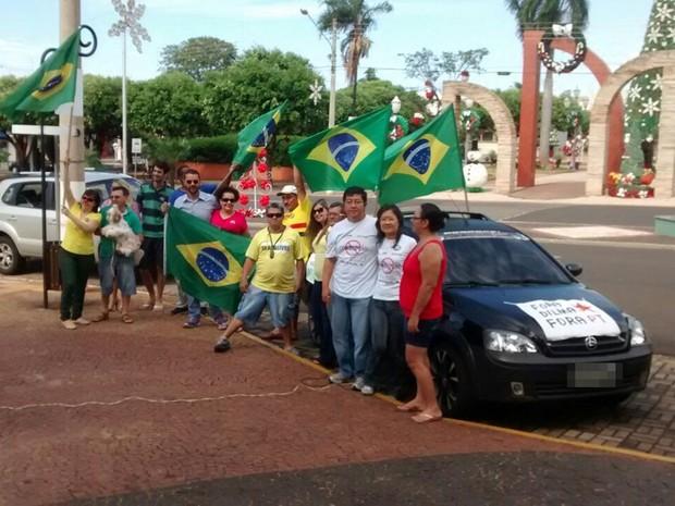 Parte dos manifestantes em Santa Fé do Sul (Foto: Antônio Donizete/Colaboração)