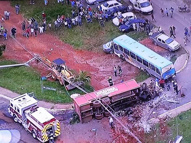Caminhão tombado na rua após bater em ônibus em São Sebastião (Foto: TV Globo/ Reprodução)