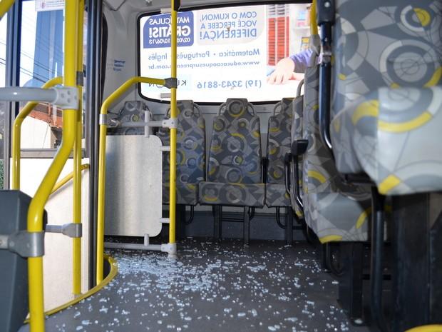 Virdro de segurança próximo a porta de saída de ônibus foi destruído por jovens (Foto: Fernanda Zanetti/G1)