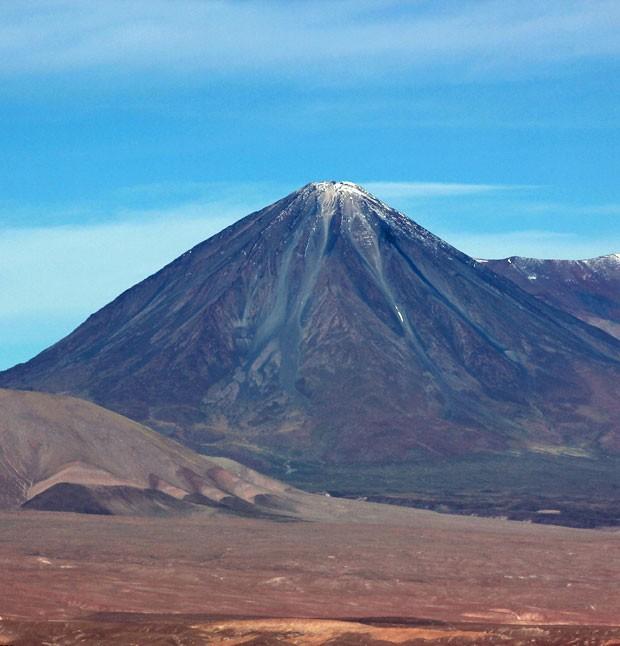 Vulcão Licancabur, que tem mais de 5.900 metros de altura e é visível de San Pedro de Atacama (Foto: Dennis Barbosa/G1)