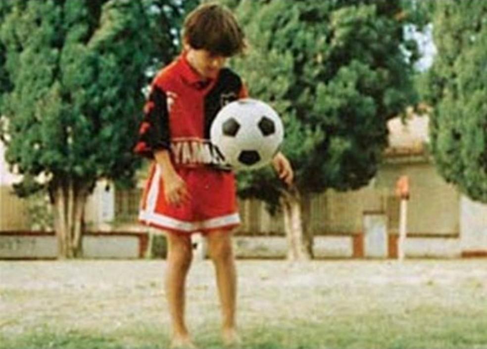 Messi, ainda criança em Rosario, jogando bola com a camisa do Newell's Old Boys (Foto: Reprodução)