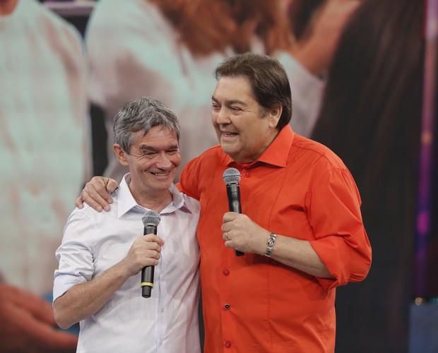 Serginho abraça Faustão no palco (Foto: Artur Meninea/ GShow)