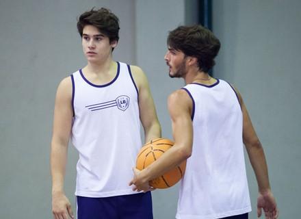 Rodrigo se distrai com a presença de Lu durante jogo de basquete