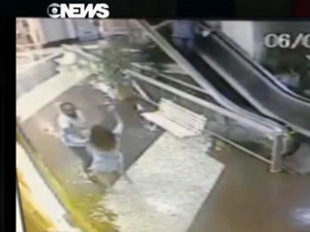 Ladrão usa a força para tentar soltar bolsa de mulher (Foto: Reprodução / GloboNews)
