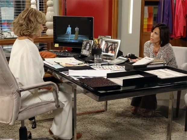 Roberta fica muda com a revelação de Charlô (Foto: Guerra dos Sexos/TV Globo)