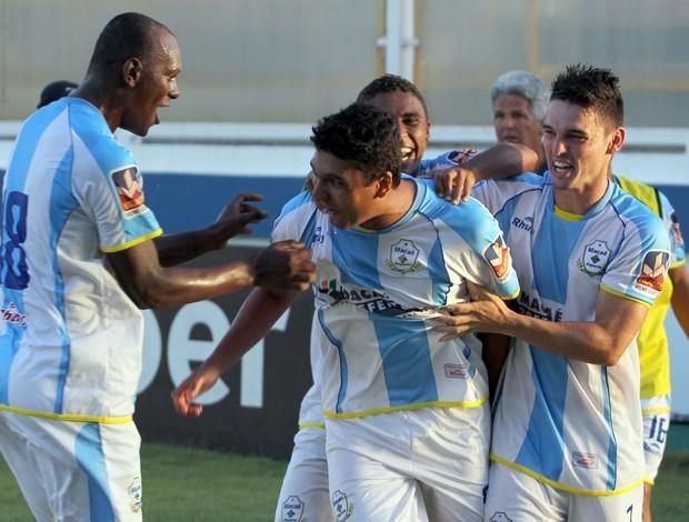 Anderson Costa comemora gol pelo Macaé (Foto: Tiago Ferreira)