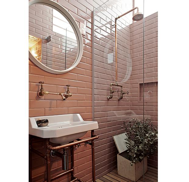 Banheiro idealizado pelo designer Marcelo Rosenbaum, com revestimento Liverpool Flamingo, da Portobello: um tom de nude mais forte (Foto: Victor Affaro/Editora Globo)