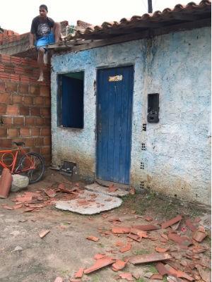 Chuva forte destelhou casas em Tanquinho, na Bahia (Foto: Diego Macedo/TV Subaé)