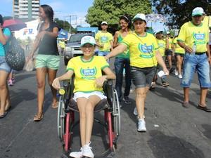 Josiane Lima, 15 anos, foi para a Caminhada com mãe Josilene Lima (Foto: Gilcilene Araújo/G1)