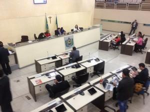 Documento do afastamento foi lido na sessão desta segunda-feira (28) (Foto: Abinoan Santiago/G1)