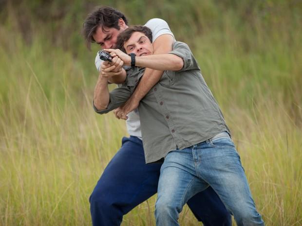 Marcos e Caíque lutam pela arma e um deles acaba atingido (Foto: Fabiano Battaglin/ Gshow)