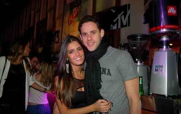 Thiago Pereira e a noiva Gabriela em Londres (Foto: Divulgação Contigo!)