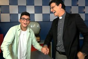 Wagner Barreto, campeão do The Voice Kids, ficou feliz e emocionado ao conhecer o Padre Reginaldo Manzotti (Foto: Divuldação/RPC)