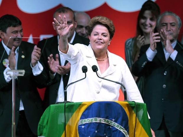 Dilma Rousseff acena para apoiadores celebrando sua reeleição ao lado do ex-presidente Lula em Brasília (Foto: Ueslei Marcelino/Reuters)