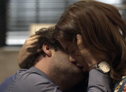 Tiago e Marina se entregam à paixão - A Lei do Amor