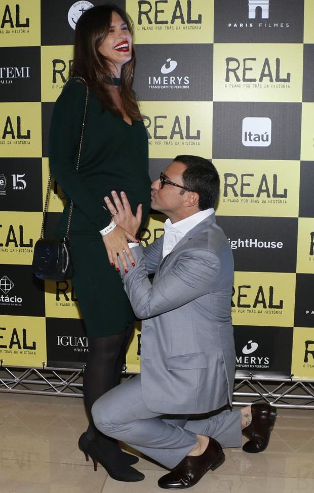 Mariana Barreto ganha beijo de Emilio Orciollo Netto na barriga (Foto: Deividi Correa/ AgNews)