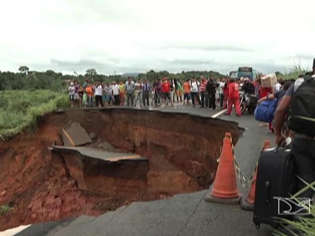 Rodovia Belém-Brasília está interditada (Foto: Reprodução/TV Mirante)