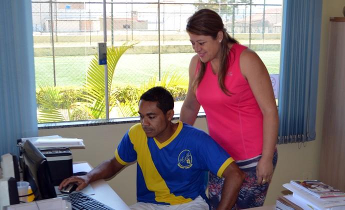 Elivélton trabalha em seu escritório junto com a esposa Josélia (Foto: Tiago Campos)