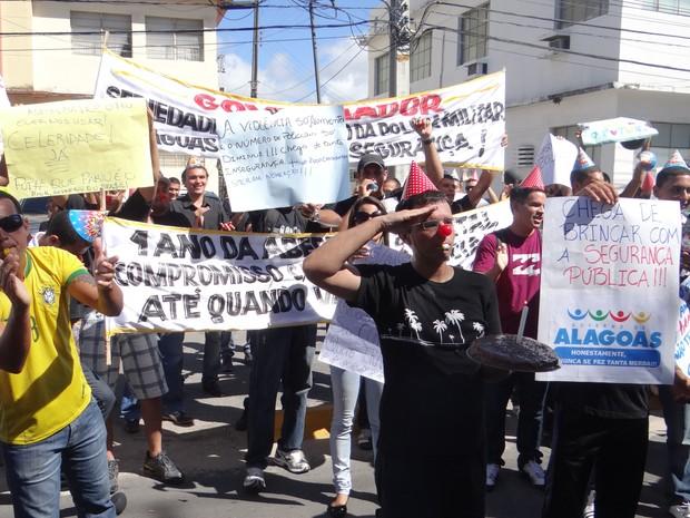 Na porta do palácio do governador, manifestantes cantaram parabéns pelo um ano do concurso. (Foto: Derek Gustavo/G1)