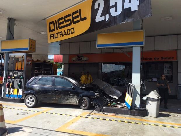 Homem bate carro na Zona Oeste do Rio e PM encontra corpo no porta-malas (Foto: Matheus Rodrigues / G1)