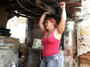 Robéria Danielle Dantas há dois anos só toma banho de cuia (Foto: Anderson Barbosa/G1)