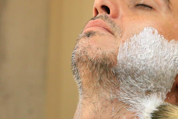 Editor da GQ Piti Vieira testando produtos para o barbear (Foto: Daphne Ruivo)