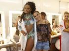 Camila Silva, rainha da Mocidade, recebe Wanessa no camarim