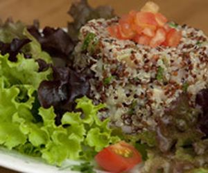 Salada com tabule de quinoa e mix de folhas