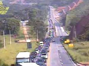 Altura do km 18 da rodovia dos Tamoios nesta manhã. (Foto: Divulgação/DER)
