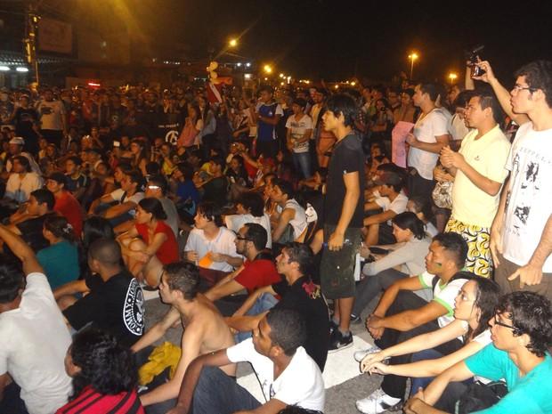 Ao fim do protesto, manifestantes sentam na BR-316 e articulam nova passeata. (Foto: Gil Sóter/ G1 PA)